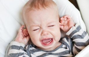 عفونت گوش کودکان در اثر کشیدن گوش توسط کودک